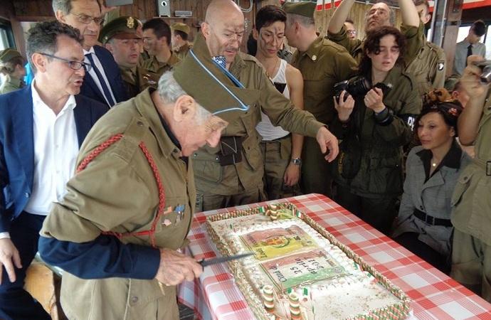 Il veterano di guerra Vincent J. Speranza, taglia la torta a lui dedicata