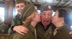 Il veterano di guerra Vincent J. Speranza, abbracciato dalle rievocatrici